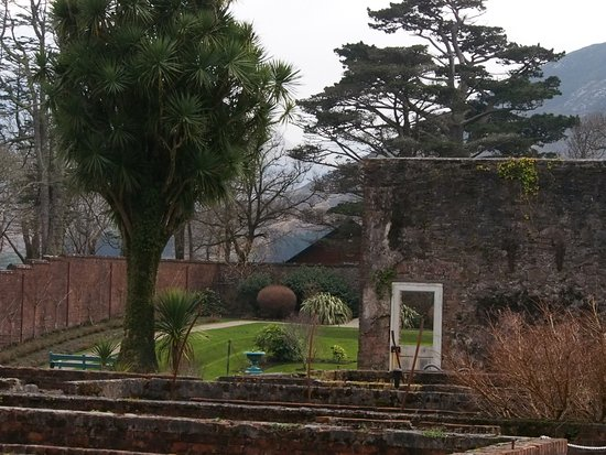 Kylemore, Ιρλανδία: Victorian gardens include remains and restored glass houses, groundkeeper's gardener's houses.