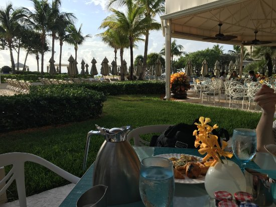 Four Seasons Resort, Palm Beach: Morning View of pool at breakfast