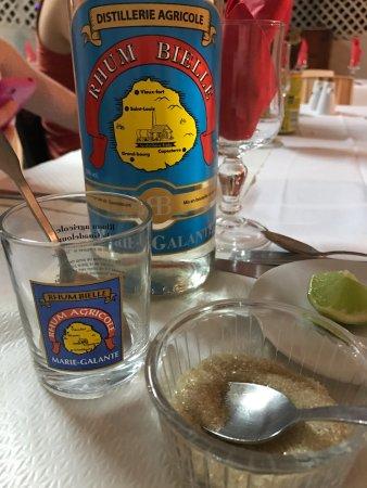 Capesterre, Guadeloupe: Un bon rhum local à préparer soi même. Avec les compliments de la patronne, fort aimable et accu