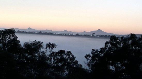 Grandchester, Austrália: Stunning dawn with mist over the valley