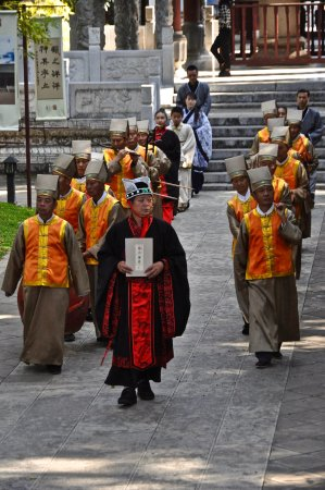 Jianshui County, China: procession maître de cérémonie et musiciens au temple Confucius (Jianshui)
