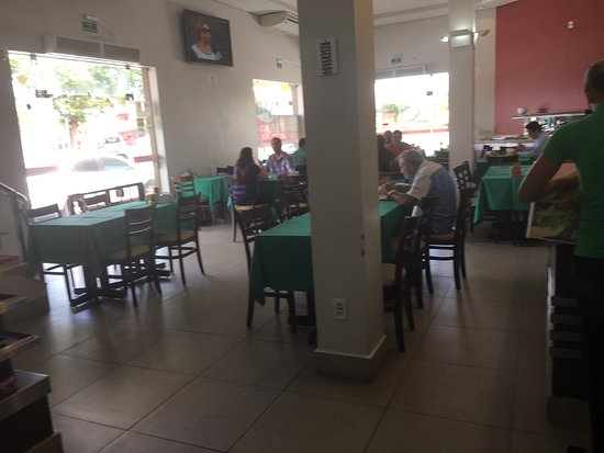 Tanabi, SP: Vista da área das mesas e buffet ao fundo