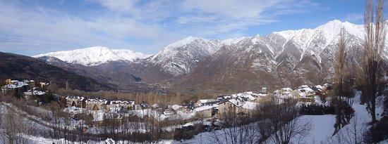 Cerler, Spain: Vista do quarto. Vila de Benasque no vale, depois de uma noite de neve