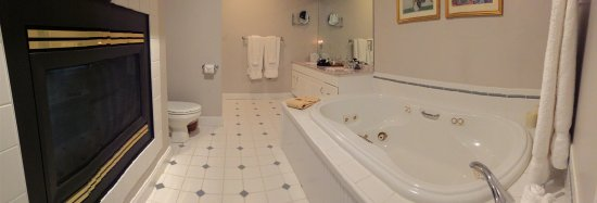 Stone Hill Inn : Whirlpool tub and two way fireplace