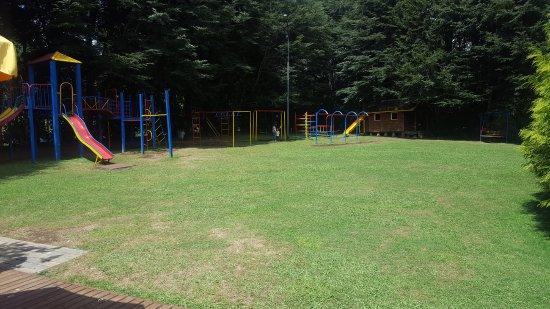 jardin con juegos para los niños - Picture of Onces Alemanas, Pucon ...