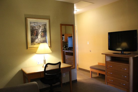 Best Western King George Inn & Suites: Queen Suite with 1 queen bed in the bedroom and pullout sofa in this living room.