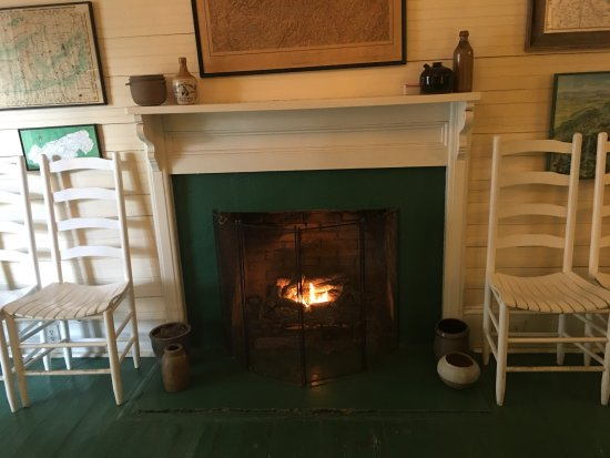 Balsam Mountain Inn & Restaurant: A fireplace and seating just at the entrance to the dining room