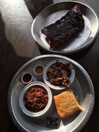 ‪‪Arden‬, ‪North Carolina‬: 1/2 rack of ribs, brisket, pulled pork and corn bread.‬