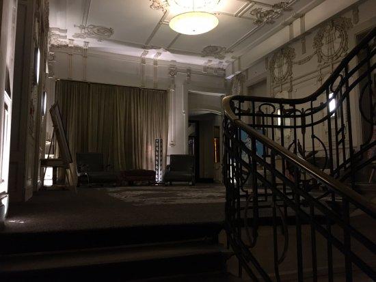 Savoy Hotel: 2階への階段付近