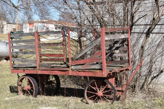 Crocker, Μιζούρι: Old baggage cart on display outside of the museum.