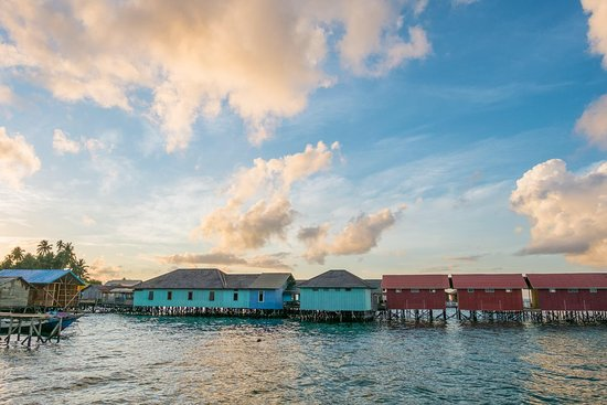 Derawan Islands, Indonesië: main cottage with a nice above the water restaurant