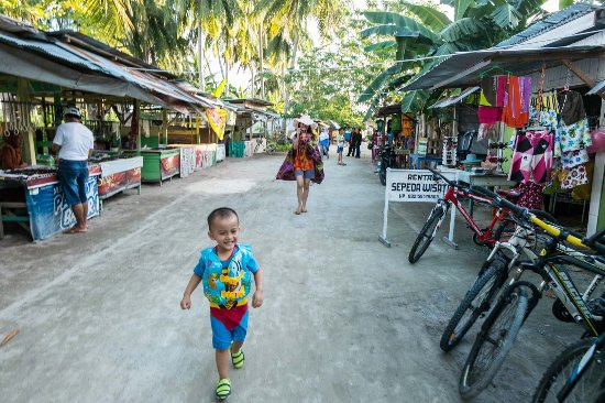 Derawan Islands, Indonesië: pathway in the village (main street)..on the right is by-cycle for rent