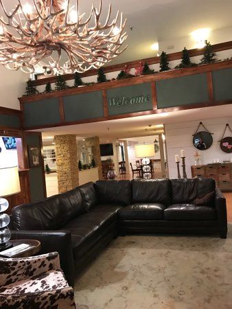 Redwood Falls, MN: Lobby seating area