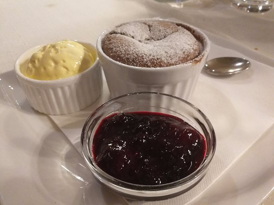 Domzale, Eslovenia: souffle with raspberry jam and vanilla ice cream