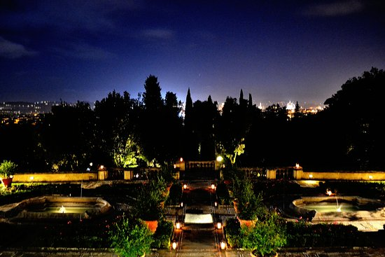Il Salviatino: Hotel grounds by night