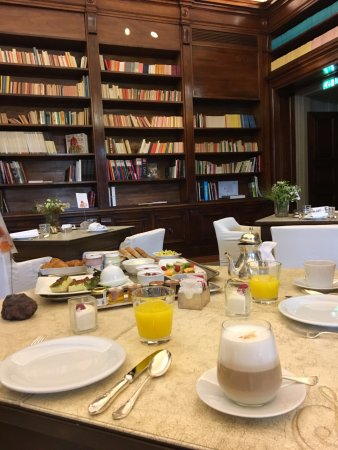 Il Salviatino: Breakfast in the library room