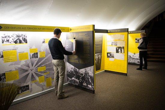 Tubinga, Alemania: Ausstellung im historischen Kellergewölbe