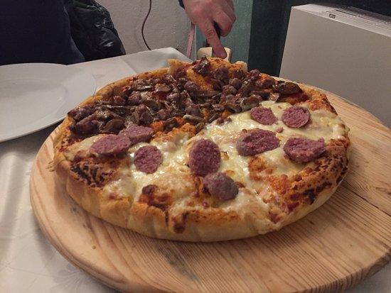 Montegrosso d'Asti, Italie : Pizza con cotechino e fonduta
