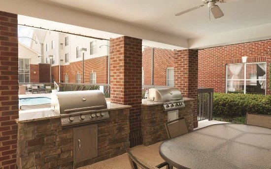 Homewood Suites by Hilton Charlotte Airport: Courtyard Grilling Stations