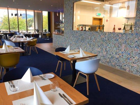 Schengen, Luxemburg: salle du restaurant avec cuisine ouverte