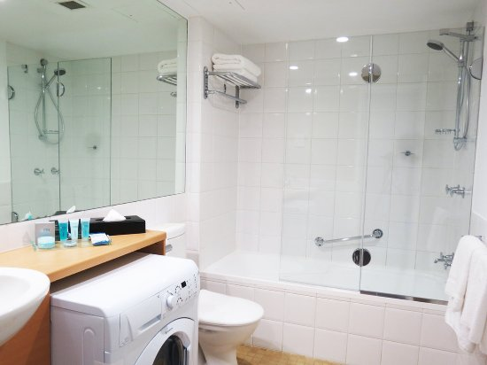 Waldorf Parramatta Apartment Hotel: Bathroom