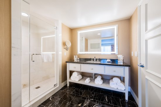 Commerce, CA: Get ready in style in the 2 room king suite bathroom