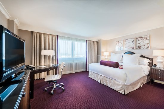 Commerce, CA: Stay connected and relax in our standard king bedroom