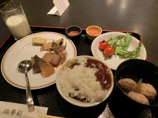 Sapporo Sumire Hotel : ちょこちょこやってきれいじゃない、あげくカレーを食べたくて先によそっちゃったので上にご飯を載せて。美意識ゼロ