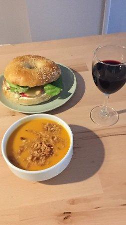 Libourne, France: Bagels, tartes salées, camemberts rôtis, salades composées, desserts variés, café, thé et chocol