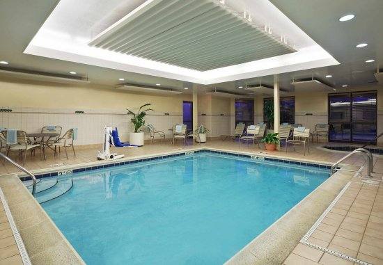 Courtyard Chicago St. Charles: Indoor Pool