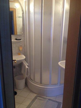 sehr sauberes bad mit dusche und 2 waschbecken - bild von hotel, Hause ideen