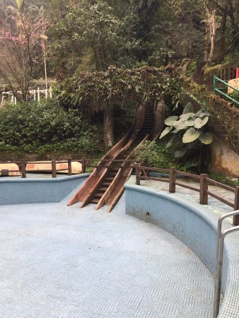 Yunxian Park : 殘破的游池滑水道