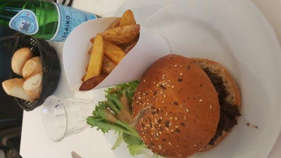 Villeurbanne, Francia: Burger de joue de boeuf & pommes de terre paysannes