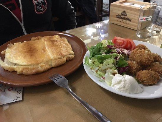 Montilla, สเปน: Tortilla gratinada con ali oli y bolitas de pollo con miel y mostaza
