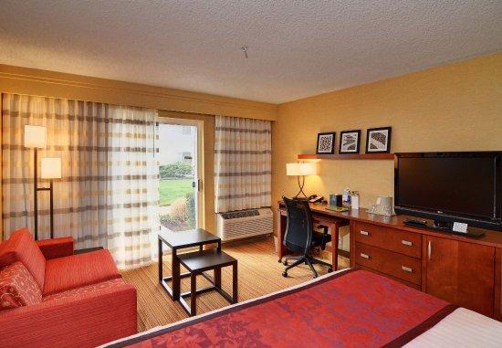 Springfield, Oregón: King Guest Room Living Area