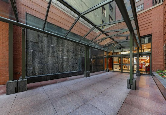 Courtyard New York Manhattan/Times Square: Entrance - Waterfall