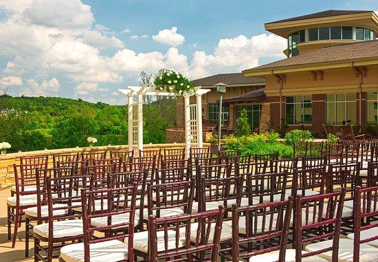 Kingsport, TN : Courtyard Wedding Ceremony