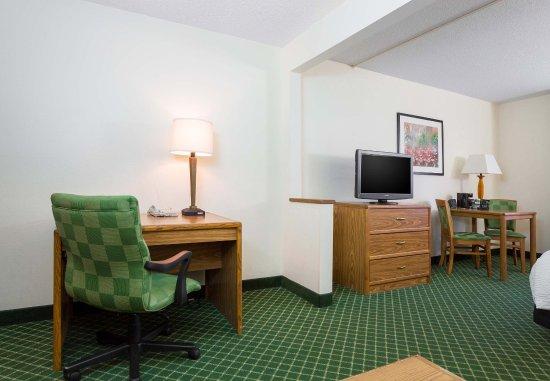 Kokomo, IN: King Suite Living Area