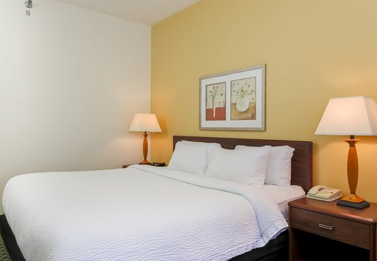Uniontown, PA: Queen Guest Room