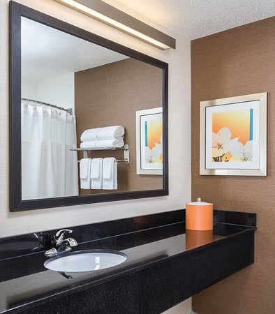 Muncie, IN: Suite Bathroom