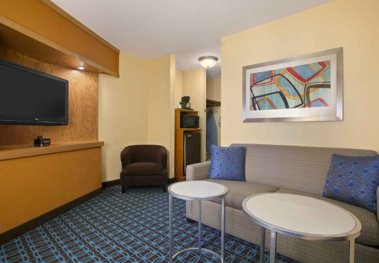 Mendota Heights, MN: Executive King Suite - Seating Area