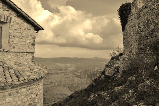 Tolfa, Italia: una foto senza tempo delle mura del Santuario e della Rocca