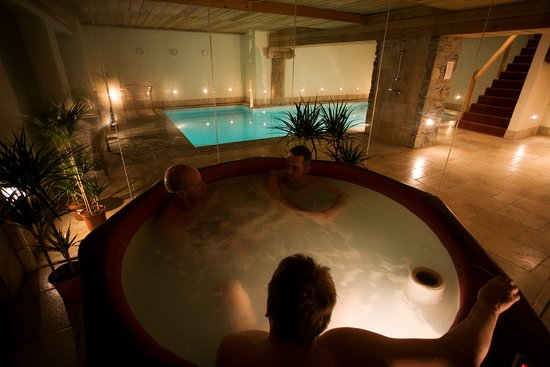 Sainte-Foy-Tarentaise, France : Hot tub in our indoor spa area.