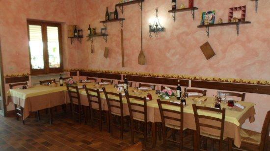 Cremolino, Italië: tavolo in taverna