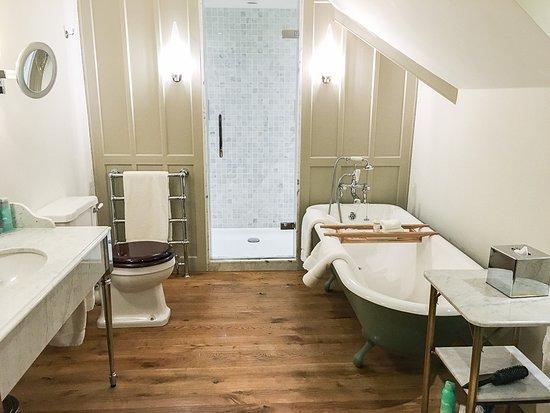 Milton Abbot, UK: The spacious bathroom, double sink, double shower, plenty of storage space, REN toiletries = per