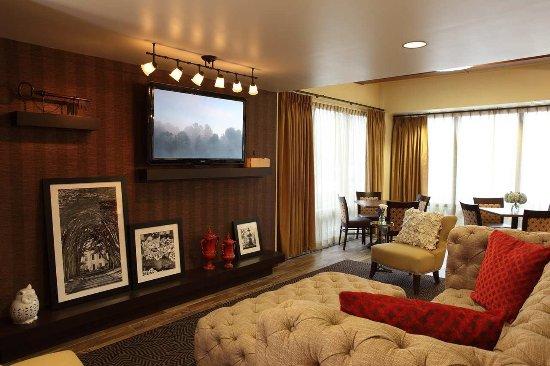 Hampton Inn Atlanta - Cumberland Mall / NW: Lobby/Sitting Area with TV