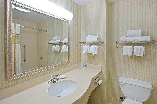 Brooklyn, Ohio: Bathroom with Accessible Tub