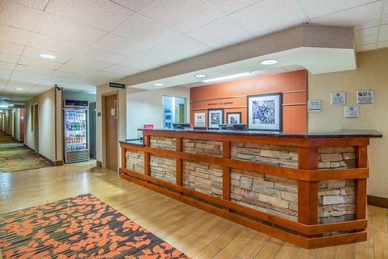 Hampton Inn & Suites Los Alamos: Front Desk
