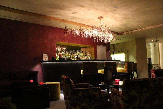 Cascade Wellness & Lifestyle Resort: intimate bar area with excellent cocktails on offer