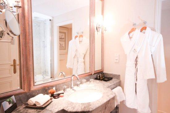 La Chapelle-en-Serval, Francia: salle de bain chambre supérieure